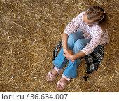 8-jähriges Mädchen sitzt im Heu und träumt, Deutschland. Стоковое фото, фотограф Zoonar.com/Karl Heinz Spremberg / easy Fotostock / Фотобанк Лори