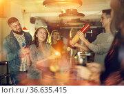 Man bartender shaking cocktail mixer for young people. Стоковое фото, фотограф Яков Филимонов / Фотобанк Лори