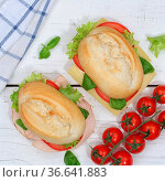 Brötchen Sandwich Baguette belegt mit Käse und Schinken Quadrat von... Стоковое фото, фотограф Zoonar.com/Markus Mainka / easy Fotostock / Фотобанк Лори