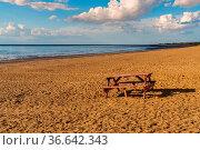 A picnic bench and table on Heacham South Beach, Norfolk, England, UK. Стоковое фото, фотограф Zoonar.com/Bernd Brueggemann / easy Fotostock / Фотобанк Лори