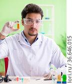 Man chemist working in the lab. Стоковое фото, фотограф Elnur / Фотобанк Лори