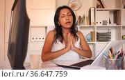 Portrait of successful busy female entrepreneur talking at office desk with papers and laptop. Стоковое видео, видеограф Яков Филимонов / Фотобанк Лори