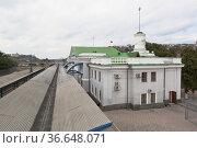 Здание железнодорожного вокзала в городе-герое Севастополе, Крым (2020 год). Редакционное фото, фотограф Николай Мухорин / Фотобанк Лори