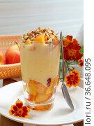 Молочный десерт с кусочками персика и грецкими орехами. Стоковое фото, фотограф Марина Володько / Фотобанк Лори