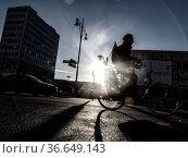 Radfahrer im Strassenverkehr, Berlin. Стоковое фото, фотограф Zoonar.com/Karl Heinz Spremberg / age Fotostock / Фотобанк Лори