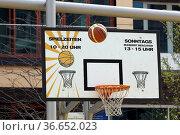 Basketballkorb inmitten einer Wohnanlage in der Hafencity Hamburg... Стоковое фото, фотограф Zoonar.com/Karl Heinz Spremberg / easy Fotostock / Фотобанк Лори