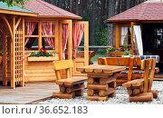 Garten mit Blockhaus und Tischen. Стоковое фото, фотограф Zoonar.com/Karl Heinz Spremberg / easy Fotostock / Фотобанк Лори