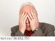 Senior hält sich die Hände vor das Gesicht. Стоковое фото, фотограф Zoonar.com/Birgit Reitz-Hofmann / easy Fotostock / Фотобанк Лори