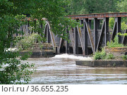 Eisenbahnbrücke über die Elbe in Magdeburg beim Elbe Hochwasser 2013... Стоковое фото, фотограф Zoonar.com/Axel Kammerer / age Fotostock / Фотобанк Лори
