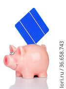 Solarzelle steckt im Sparschwein isoliert vor weißem Hintergrund. Стоковое фото, фотограф Zoonar.com/Thomas Klee / easy Fotostock / Фотобанк Лори