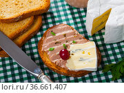 Toast with pate and blue cheese. Стоковое фото, фотограф Яков Филимонов / Фотобанк Лори
