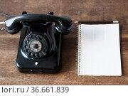 Altes Telefon mit Schreibblock fuer Textfreiraum und Bleistift auf... Стоковое фото, фотограф Zoonar.com/Uwe Bauch / easy Fotostock / Фотобанк Лори
