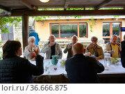 Italien, Italia, Italien, Sardinien Landgasthof Lubrano, lustige Reisegruppe... Стоковое фото, фотограф Zoonar.com/Bildagentur Geduldig / easy Fotostock / Фотобанк Лори