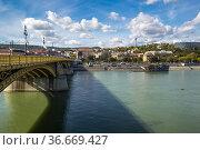 View of River Danube in Budapest city, Hungary (2019 год). Редакционное фото, фотограф Юлия Белоусова / Фотобанк Лори