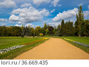 View of city park in Budapest, Hungary (2019 год). Стоковое фото, фотограф Юлия Белоусова / Фотобанк Лори