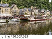 Der Hafen und mittelalterliche Gebäude am Fluss Rance in Dinan, Bretagne... Стоковое фото, фотограф Peter Schickert / age Fotostock / Фотобанк Лори
