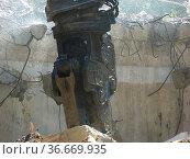 Abbruch eines Geschätshauses, Bagger bei Abbrucharbeit, starker Staub, Стоковое фото, фотограф Zoonar.com/Bildagentur Geduldig / age Fotostock / Фотобанк Лори