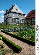 Altes Haus mit Garten. Стоковое фото, фотограф Zoonar.com/Martina Berg / easy Fotostock / Фотобанк Лори