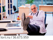Old doctor cardiologist working in the clinic. Стоковое фото, фотограф Zoonar.com/Elnur Amikishiyev / easy Fotostock / Фотобанк Лори