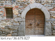 Viele alte Hauseintore sind im Ricetto di Candelo, einer Fluchtsiedlung... Стоковое фото, фотограф Zoonar.com/Hans Eder / easy Fotostock / Фотобанк Лори
