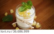 Sweet homemade yogurt with candied fruits in a glass. Стоковое видео, видеограф Peredniankina / Фотобанк Лори