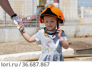 Father teaches his daughter Firefighter training outdoor. Стоковое фото, фотограф Ирина Аринина / Фотобанк Лори