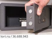 A safe in a hotel room closet. Стоковое фото, фотограф A. Farnsworth / age Fotostock / Фотобанк Лори