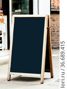 London, UK - May 15, 2019: Blank wooden blackboard on the street. ... Стоковое фото, фотограф Zoonar.com/@jjfarquitectos / age Fotostock / Фотобанк Лори
