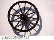 Ein altes, nostalgisches Speichenrad einer Kutsche oder eine Anhängers... Стоковое фото, фотограф Zoonar.com/Bastian Kienitz / age Fotostock / Фотобанк Лори