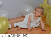 Birthday toddler girl with white and yellow balloons. Стоковое фото, фотограф Ирина Аринина / Фотобанк Лори