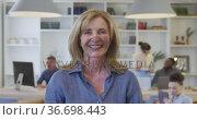 Woman smiling to camera at the office. Стоковое видео, агентство Wavebreak Media / Фотобанк Лори