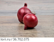 Zwiebeln auf Holz - Onions on wood. Стоковое фото, фотограф Zoonar.com/lantapix / easy Fotostock / Фотобанк Лори