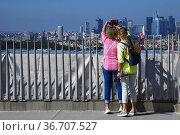Tourists taking pictures from the top roof of the Arc de Triomphe... Редакционное фото, фотограф Frederic Soreau / age Fotostock / Фотобанк Лори