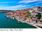 River Douro and the riverbank of Ribeira District in Porto, Portugal. Стоковое фото, фотограф Zoonar.com/Chun Ju Wu / easy Fotostock / Фотобанк Лори