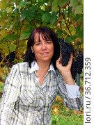 Frau mit Trauben. Стоковое фото, фотограф Zoonar.com/Rüdiger Rebmann / easy Fotostock / Фотобанк Лори