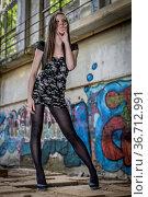 Junge Frau mit Leggings und Minikleid post vor Graffitimalereien. Стоковое фото, фотограф Zoonar.com/Hans Eder / easy Fotostock / Фотобанк Лори