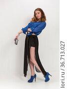 Posing einer stehenden jungen Frau in schwarzer eleganter Hose und... Стоковое фото, фотограф Zoonar.com/Hans Eder / easy Fotostock / Фотобанк Лори