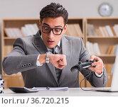 Businessman playing computer games at work office. Стоковое фото, фотограф Elnur / Фотобанк Лори