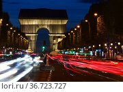 View of the wrapped triumphal arch by Christo by night from avenue... Редакционное фото, фотограф Frederic Soreau / age Fotostock / Фотобанк Лори