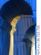 Arc de Triomphe wrapped by Christo, 8 th district, Paris, France. Редакционное фото, фотограф Frederic Soreau / age Fotostock / Фотобанк Лори