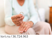 Heartbroken elderly woman holding he husbands wedding ring. Стоковое фото, фотограф Zoonar.com/Tomas Anderson / easy Fotostock / Фотобанк Лори