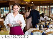 Waitress satisfied with good tip from guests. Стоковое фото, фотограф Яков Филимонов / Фотобанк Лори