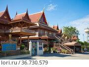 На территории старинного буддистского монастыря Wat Koh Kaew. Аюттхая, Таиланд (2017 год). Редакционное фото, фотограф Виктор Карасев / Фотобанк Лори