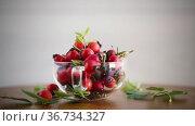 Ripe red rose hips on a wooden table. Стоковое видео, видеограф Peredniankina / Фотобанк Лори