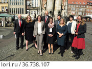 """""""Germany, Bremen - group photo of the Bremen senate in front of Roland on the market place, in the back with glasses Andreas Bovenschulte (SPD), mayor of Bremen"""" Редакционное фото, агентство Caro Photoagency / Фотобанк Лори"""