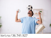 Young male patient playing football in the clinic. Стоковое фото, фотограф Elnur / Фотобанк Лори