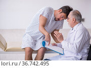 Old male doctor psychiatrist examining young male patient. Стоковое фото, фотограф Elnur / Фотобанк Лори