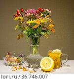 Осенние цветы и чай с лимоном. Редакционное фото, фотограф Евгений Будюкин / Фотобанк Лори