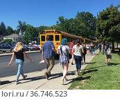 School Students Going to Buses on Last Day of School, Wellsville, ... Редакционное фото, фотограф bfanton / age Fotostock / Фотобанк Лори