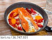 Scrambled eggs and with salmon and tomatoes on fry pan. Стоковое фото, фотограф Яков Филимонов / Фотобанк Лори